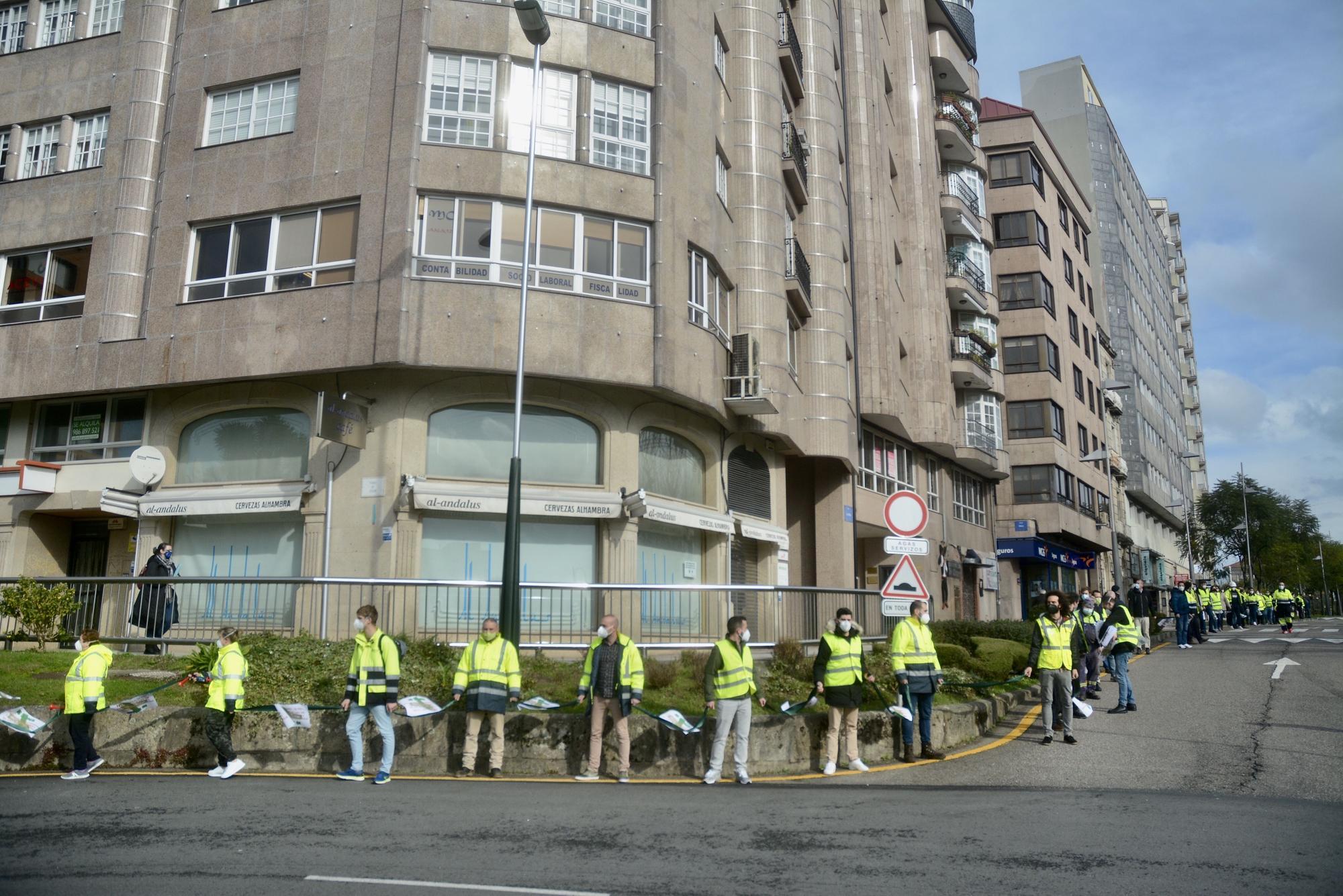 Manifestación con cadena humana de los trabajadores de ENCE
