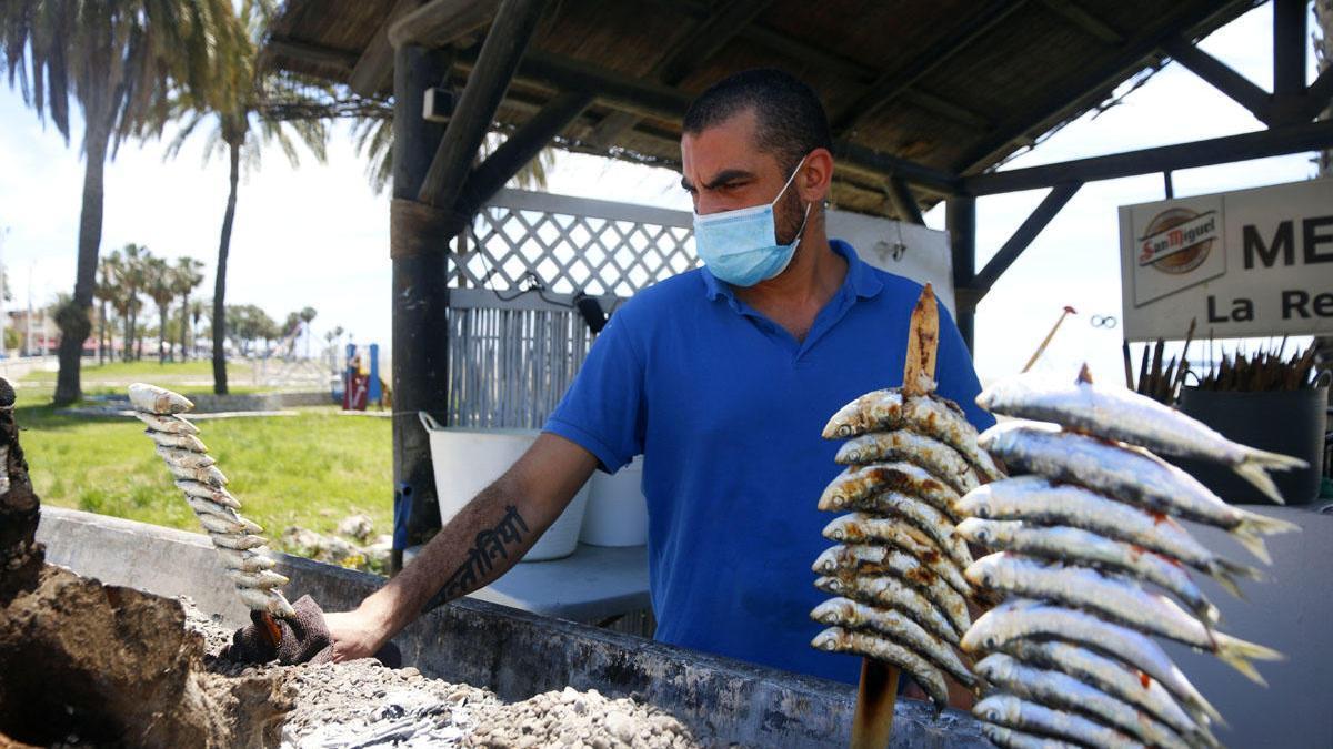 Un trabajador en un chiringuito de Málaga.