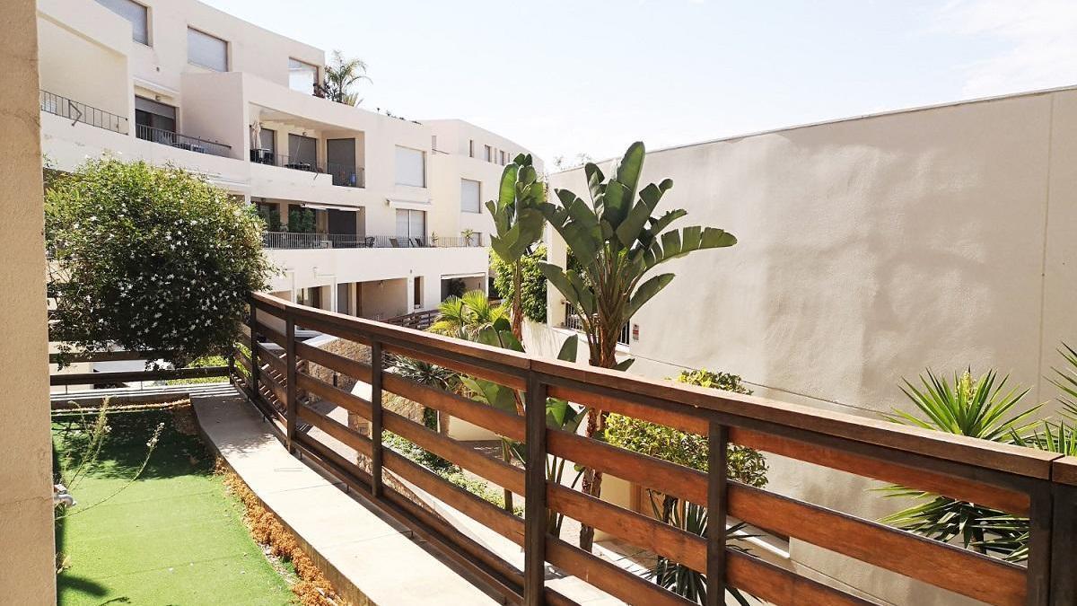 Imagen de archivo de una vivienda con zonas verdes en Marbella.