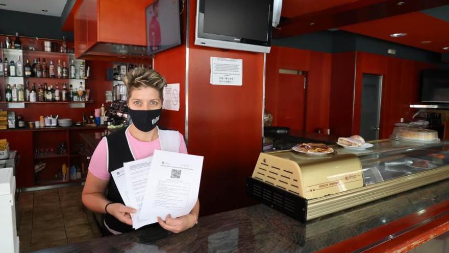 Una guía ayuda a los camareros con el lío de los certificados para consumir dentro
