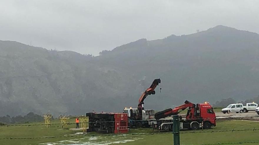 Peinador, operativo tras hora y media cerrado al volcar un camión de bomberos