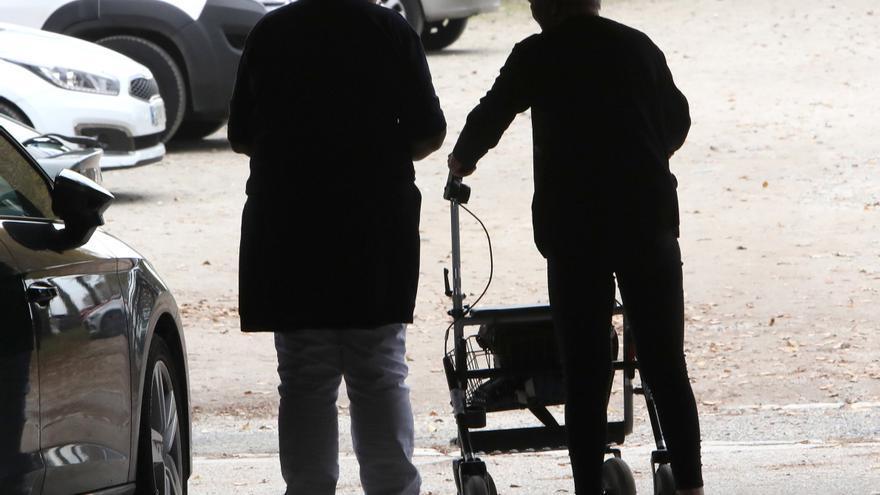 El sacrificio de las cuidadoras: dejan su trabajo para hacerse cargo de familiares diez veces más que los hombres