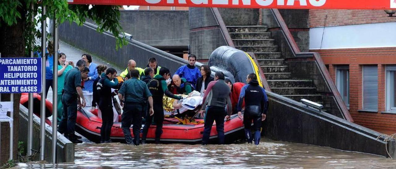 Rescate de un enfermo de la sección de Urgencias del Hospital de Arriondas, con la ayuda de una lancha, el 16 de junio de 2010.