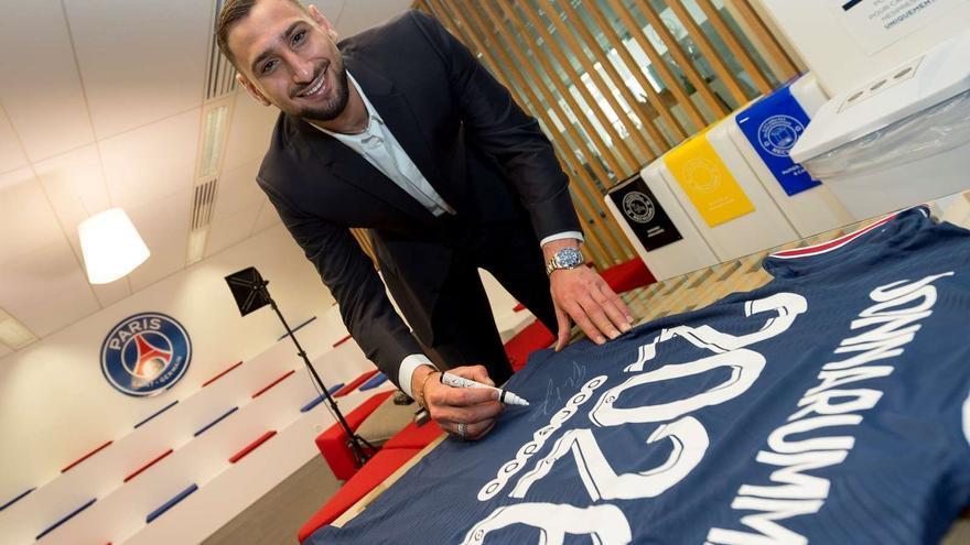 Donnarumma firma con el PSG hasta 2026
