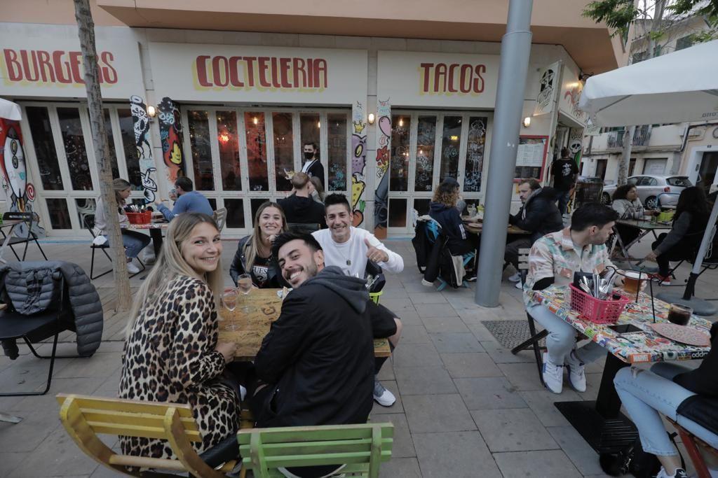 Terrazas llenas en la reapertura nocturna de los restaurantes