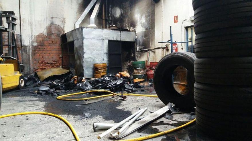 Controlado un incendio en una planta de reciclaje de neumáticos de Cadrete