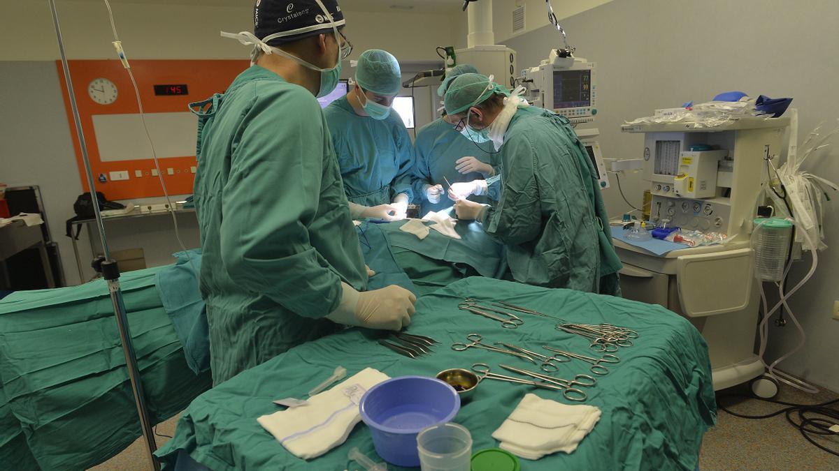 Intervención quirúrgica en un hospital de la provincia, en imagen de archivo