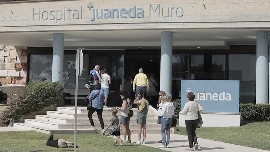 Colas de turistas para hacerse un test de antígenos en el hospital general de Muro