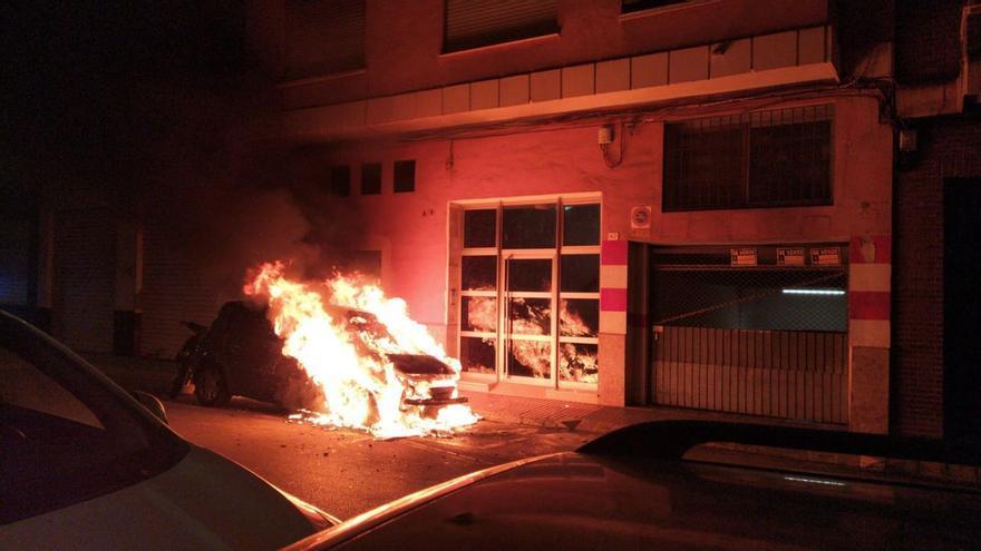 Un pirómano con varias botellas de gasolina quema cinco furgonetas en Valencia