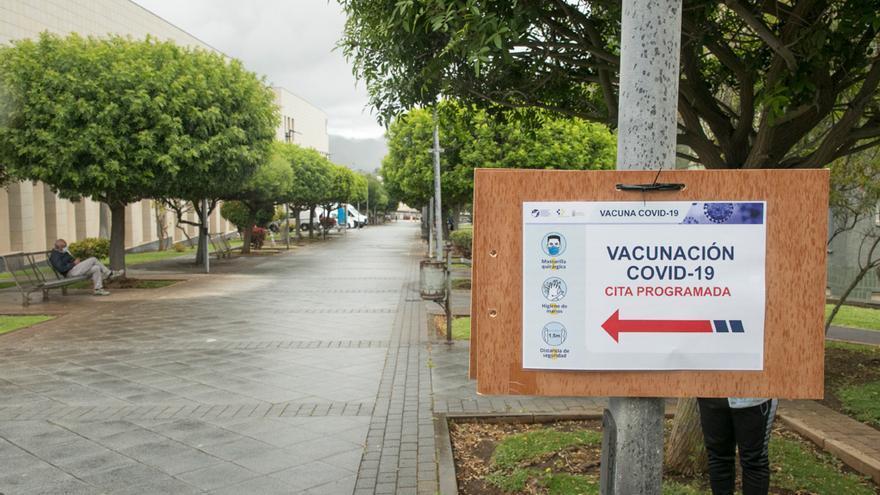 Colas para vacunarse contra el coronavirus en Santa Cruz de Tenerife