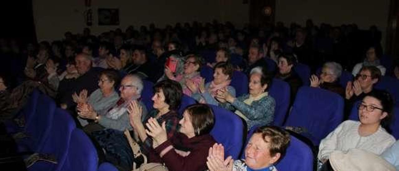 El público asistente aplaudiendo tras la actuación.