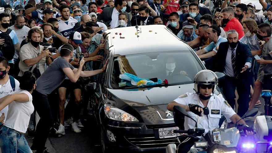 Una multitud despide entre llantos a Maradona