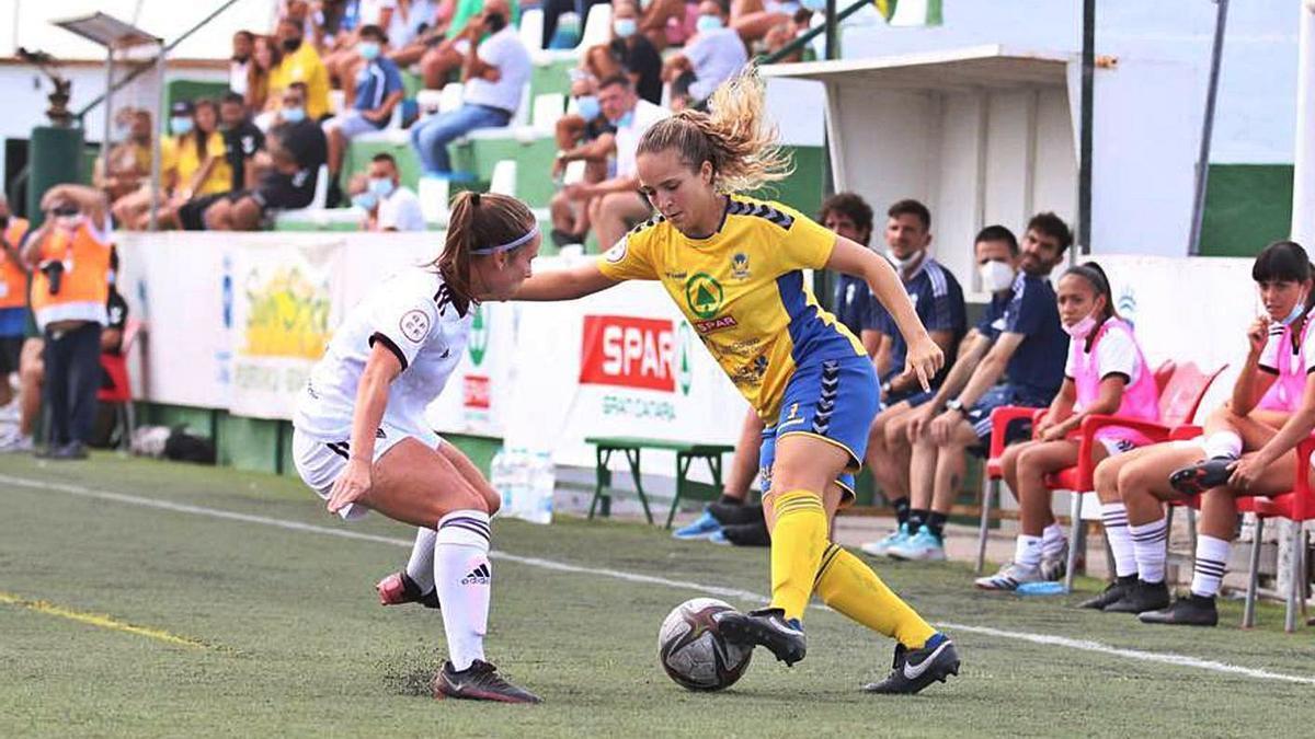 Mawi, del Femarguín SPAR, intenta driblar a una jugadora del Alba Fundación, durante el partido de ayer.     FEMARGUÍN
