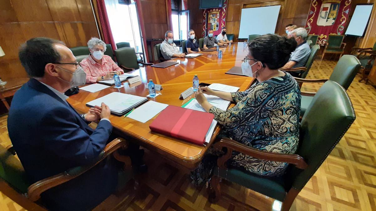 Asistentes a la reunión en la que fueron ratificados los criterios de valoración de los desempleados