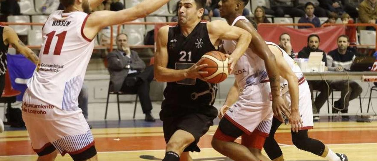 Saúl Blanco intenta la entrada a canasta en el encuentro ante Bodegas Rioja.