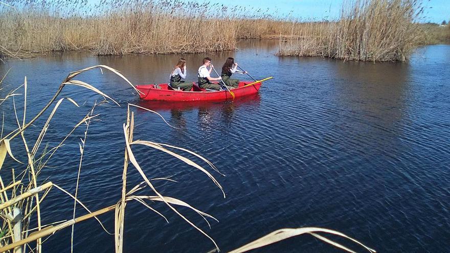 Un proyecto escolar analiza la calidad del agua del marjal de Pego-Oliva