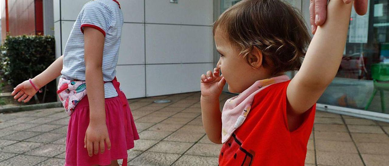 La pequeña Nora, junto a su hermana Vega, ayer por la mañana, a la puerta de la escuelina del Quirinal.