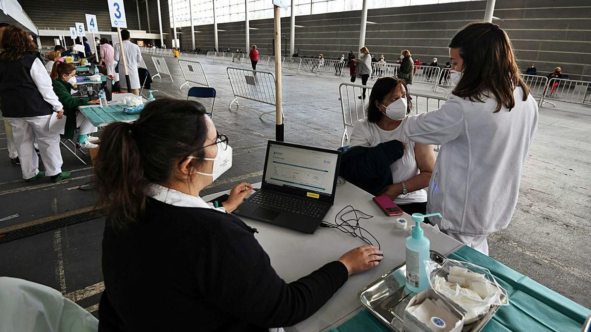 Una mujer es vacunada en la jornada de ayer en el Recinto Ferial de Pontevedra. |   // GUSTAVO SANTOS