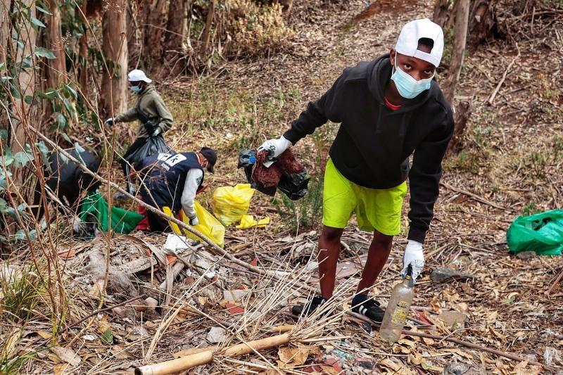 Limpieza del entorno del campamento de migrantes de Las Raíces