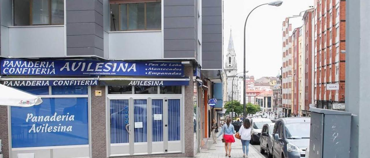 Uno de los establecimientos ahora cerrados de Panadería Avilesina. En el recuadro, los mensajes de Whatsapp enviados por el dueño de la empresa a los trabajadores comunicando el cese de actividad.