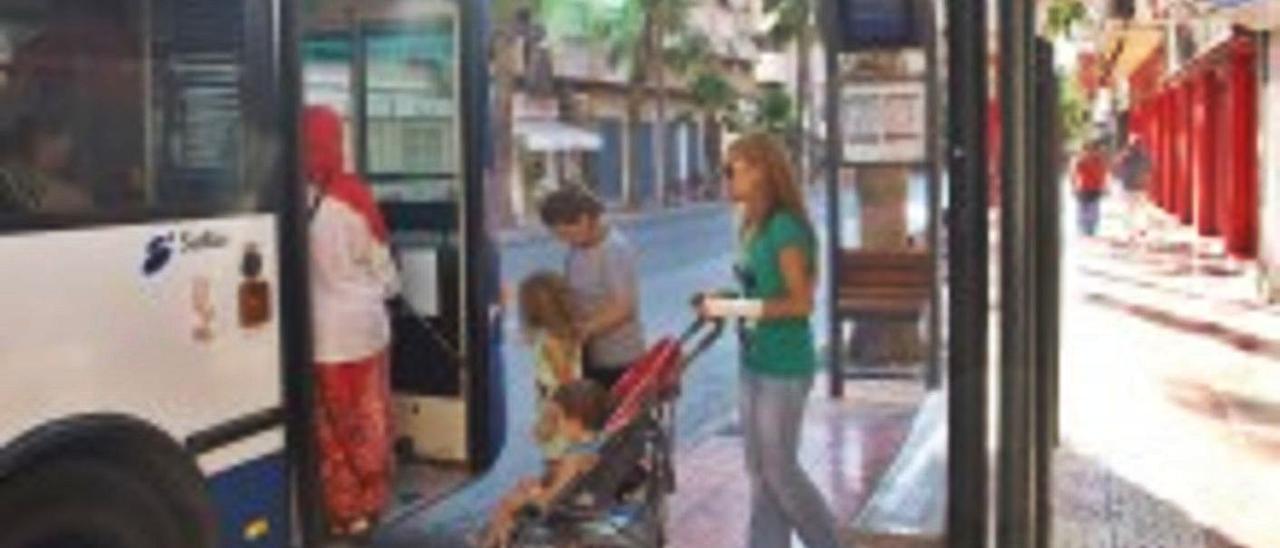 Una mujer accede al autobús urbano junto a sus hijos, en imagen de archivo. | INFORMACIÓN