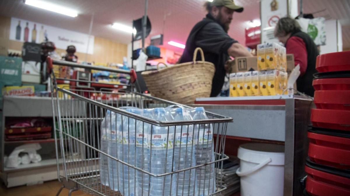 Un client comprant aigua mineral en un supermercat de Calaf |