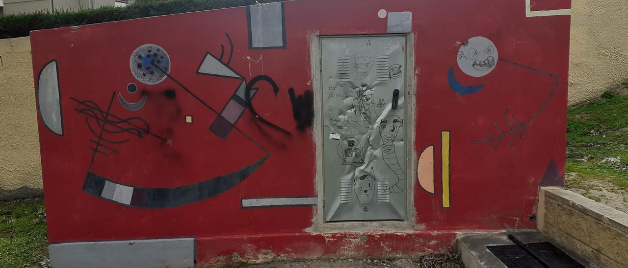 Uno de los murales antes de su restauración
