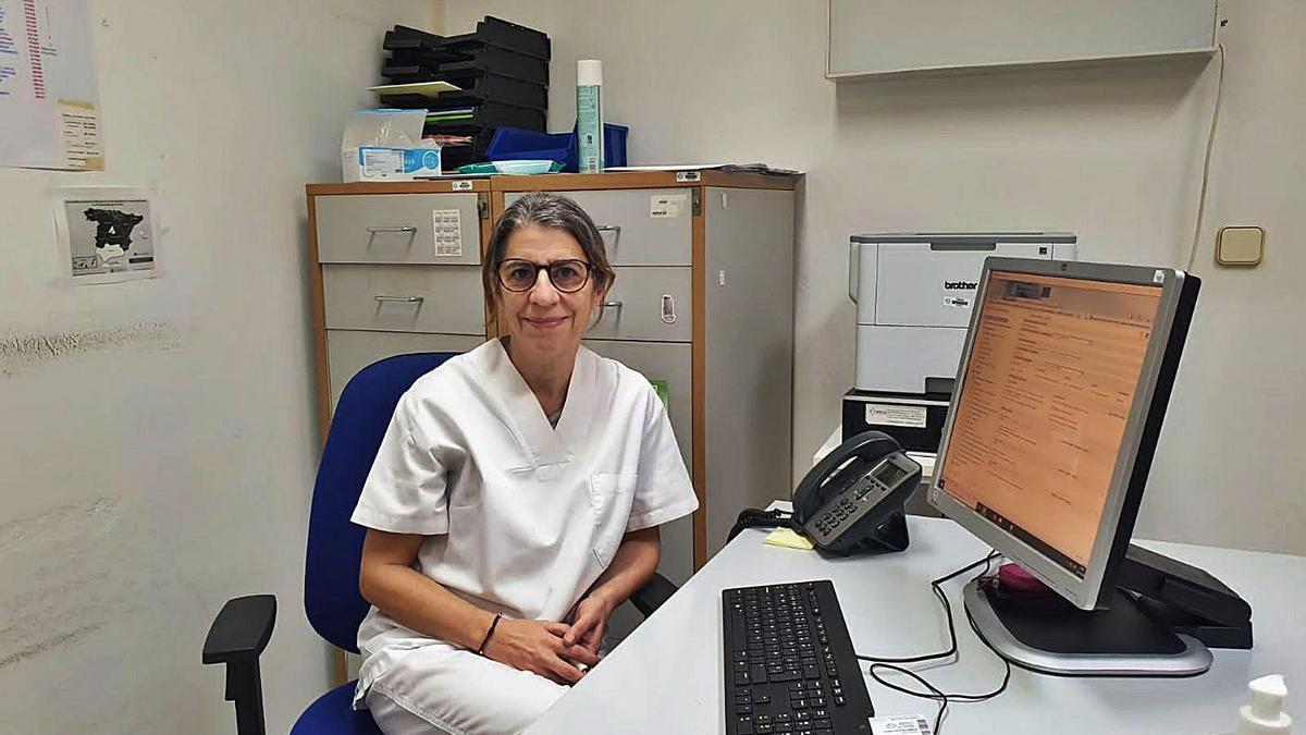 La doctora María Jesús Freiría, en su consulta.   | // AGAMFEC