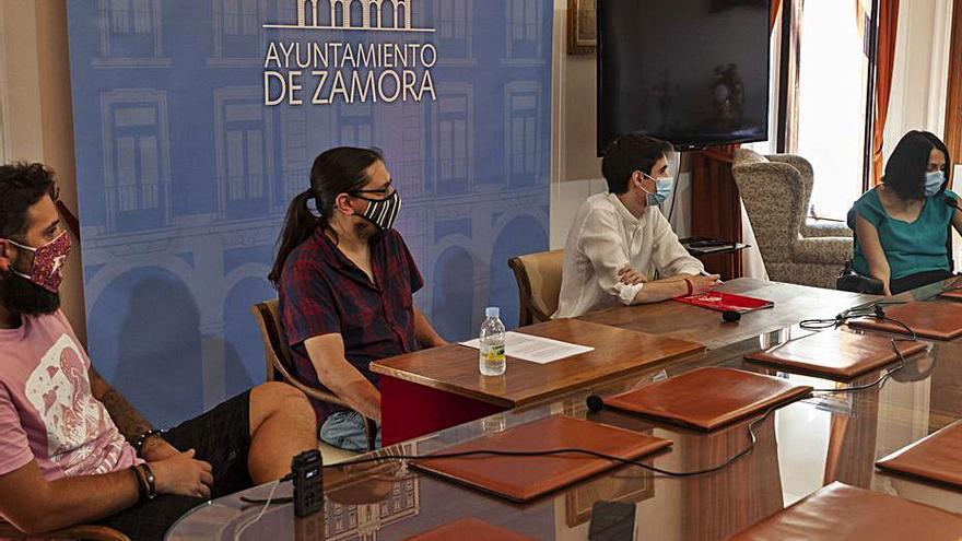 Organizadore del Z! Live junto a los ediles de Fiestas y Cultura. |