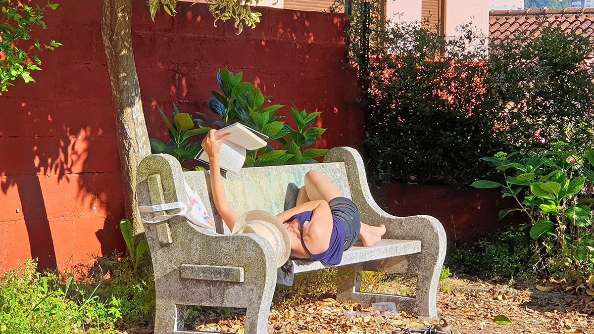 Una mujer leyendo al sol en Teis, esta semana.