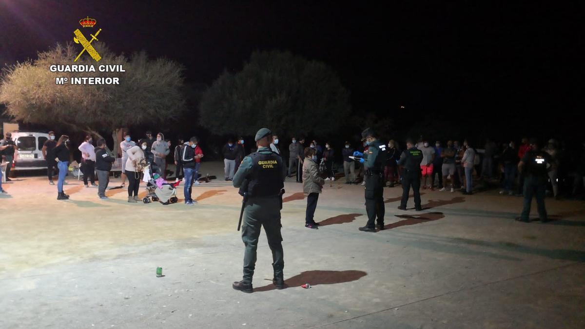 La Guardia Civil disuelve la fiesta clandestina con 56 personas en una finca de Petra.