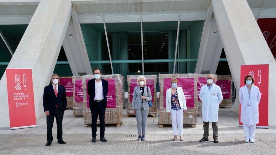 Hortensia Herrero entrega tres millones de jeringuillas para la vacunación contra el coronavirus