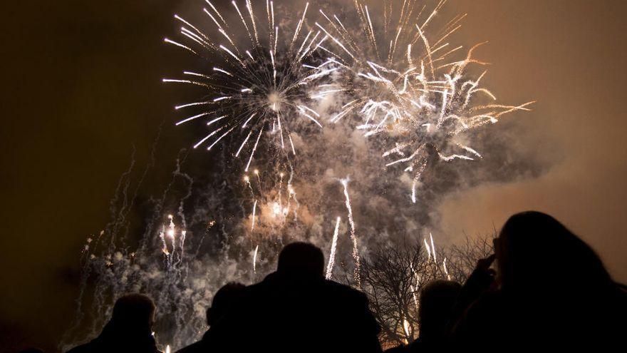 Luces y castillos de fuegos artificiales en el inicio de la Navidad en Teulada-Moraira