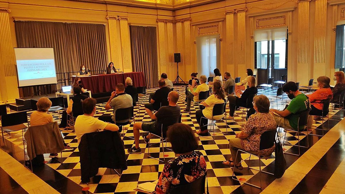La reunió mantinguda entre les entitats veïnals de Girona i la regidora de Ciutadania.   AJUNTAMENT DE GIRONA