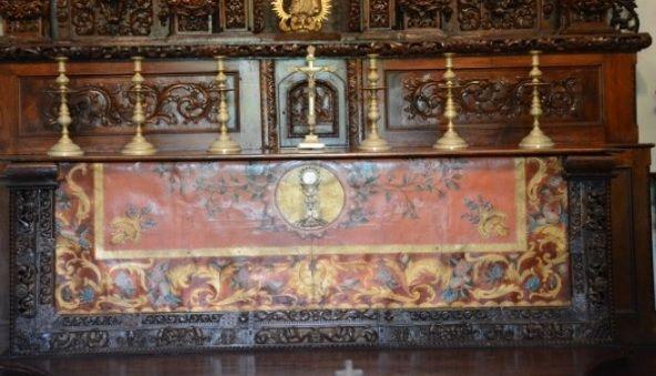 Cordob�n pintado instalado en el frontal del altar mayor.jpg