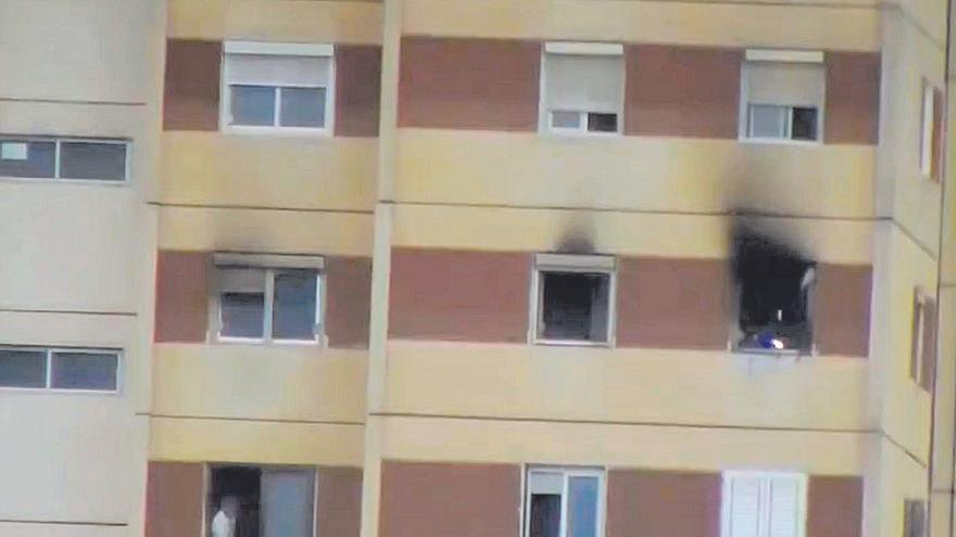 Un fuego afecta a un piso situado en la planta 12 de un edificio de Cruz de Piedra
