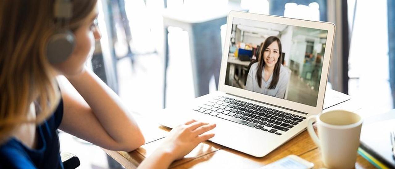 Una mujer teletrabaja con un ordenador.