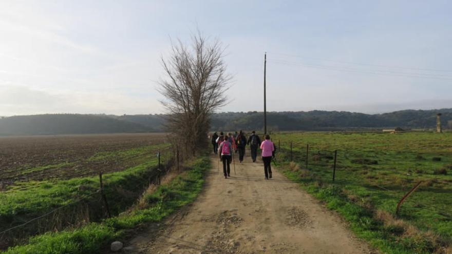 Coria 'camina' junto a los aficionados al senderismo