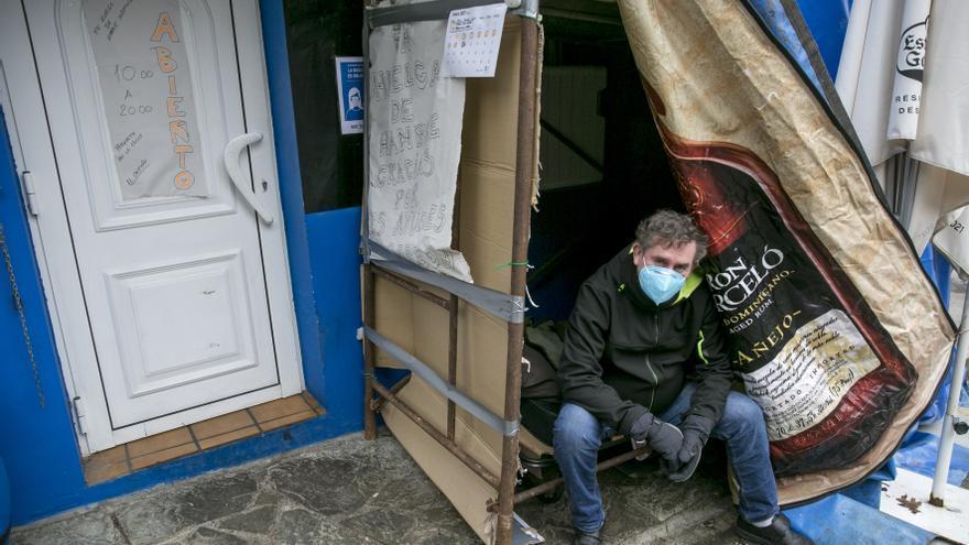 """El hostelero de Ribera de Arriba en huelga de hambre: """"Estoy aliviado por la paralización del desahucio pero seguiré en la lucha hasta que las fuerzas me fallen"""""""