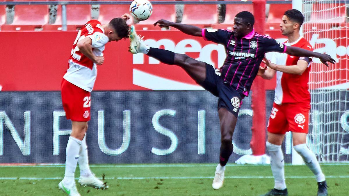 Santi Bueno despeja de cabeza haciendo inútil el intento de Apeh de llegar al balón en una jugada del partido de ayer.