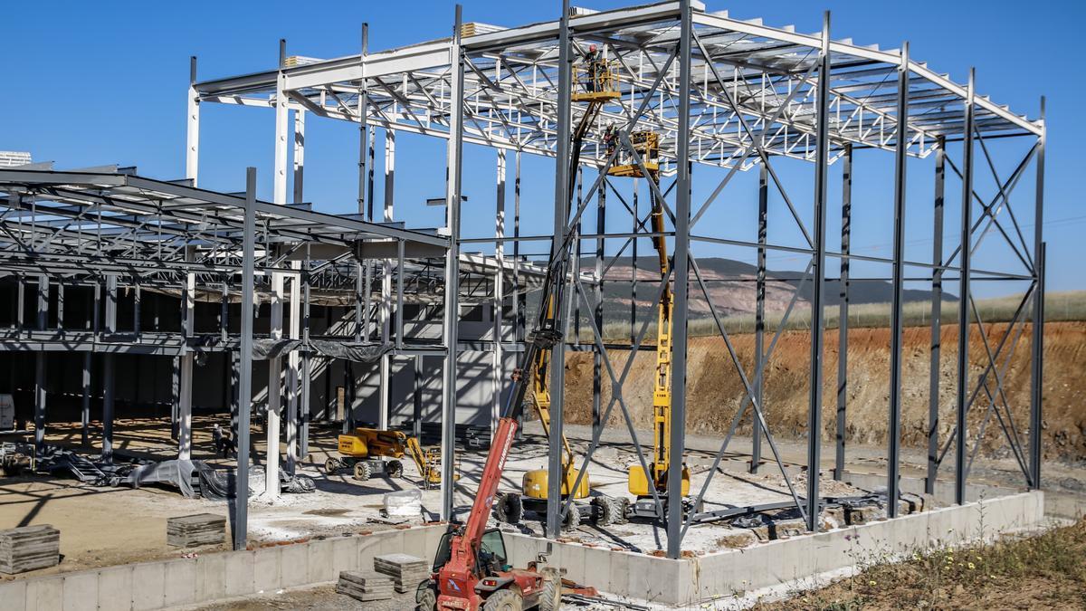 Trabajos para montar la estructura, con 1.200 toneladas de acero.