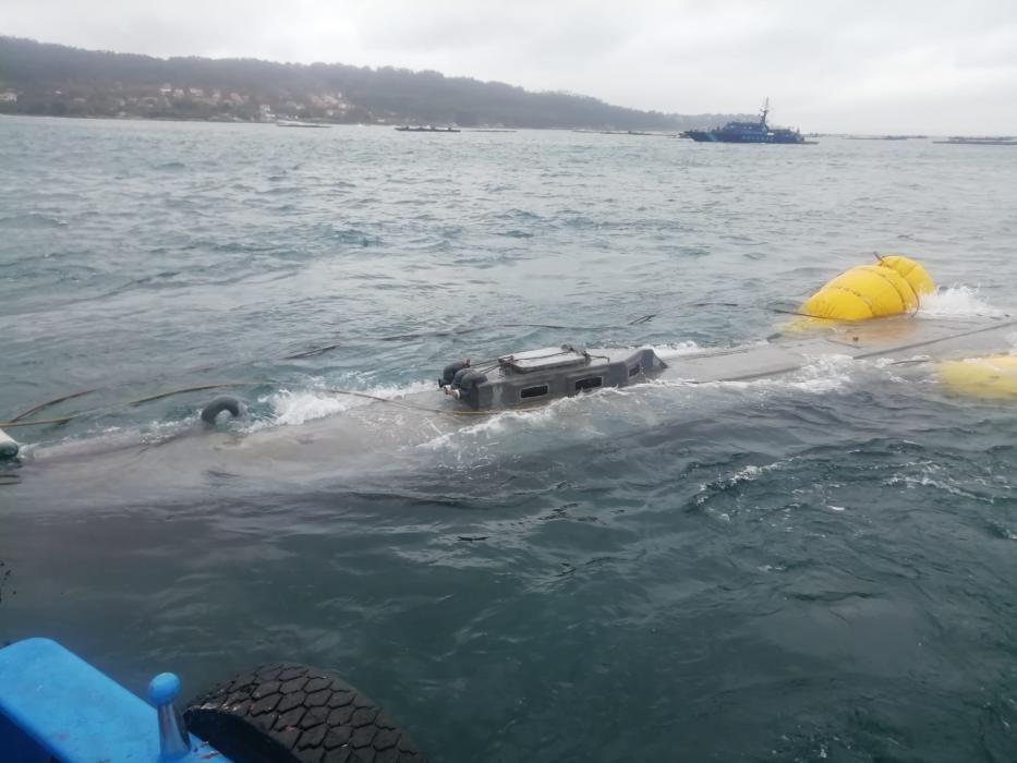El narcosubmarino hundido en Aldán con tres toneladas de droga atraca en el puerto