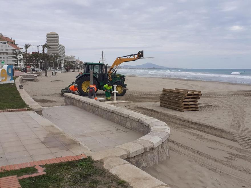 Ponen a punto las pasarelas de las playas en Peñíscola