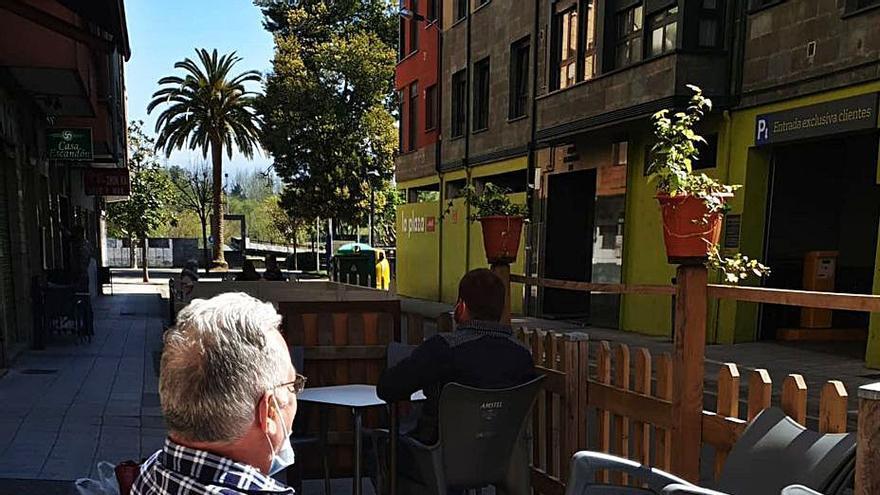 Los hosteleros de la calle Los Castaños de Arriondas exigen ampliar sus terrazas