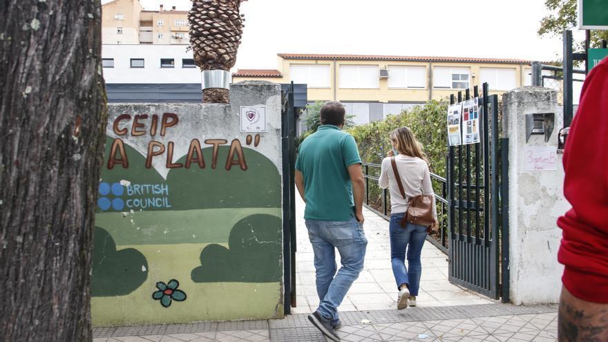 Las niñas del Alba Plata siguen sin ir al colegio cacereño mientras la Junta contabiliza las faltas