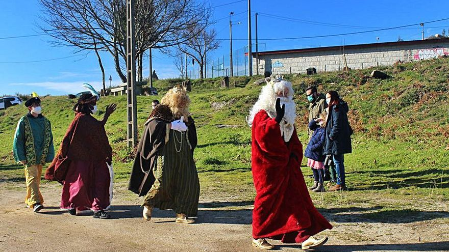 Melchor, Gaspar y Baltasar reparten ilusión a pie por Nigrán