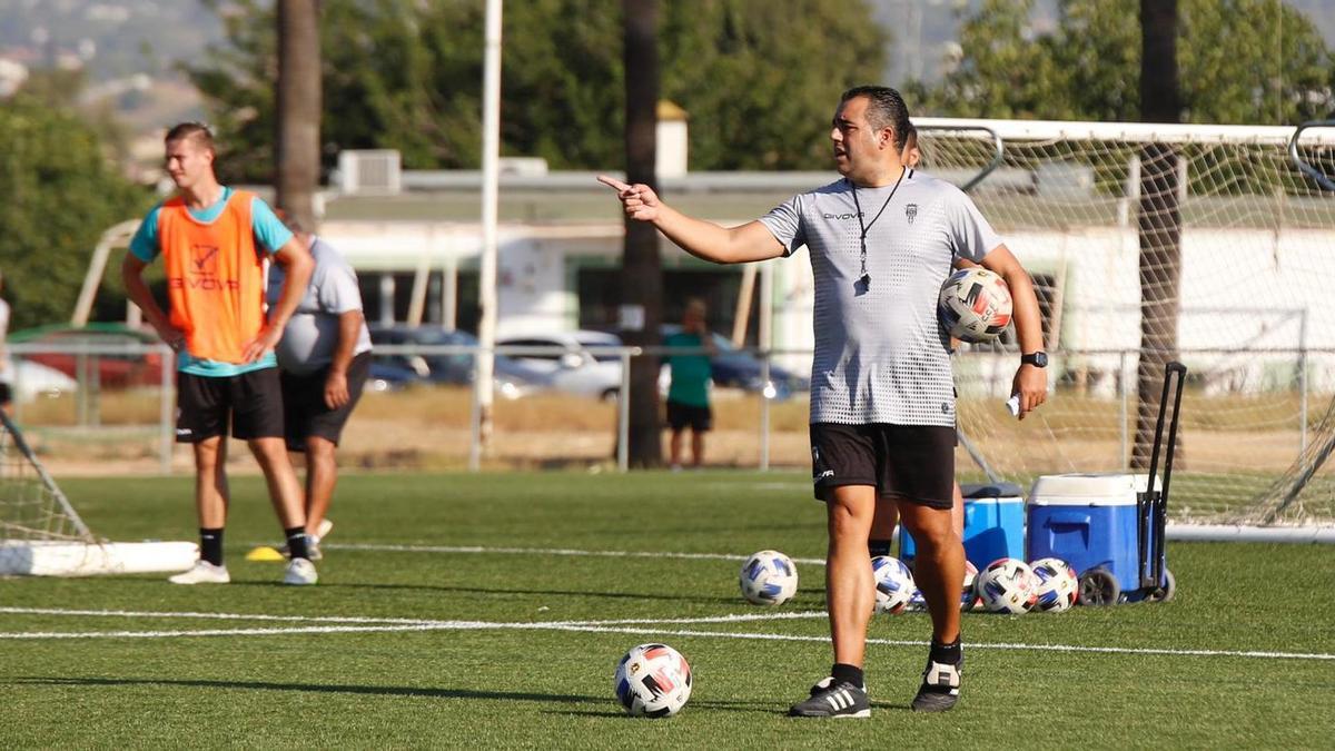 Germán Crespo da instrucciones durante un entrenamiento.