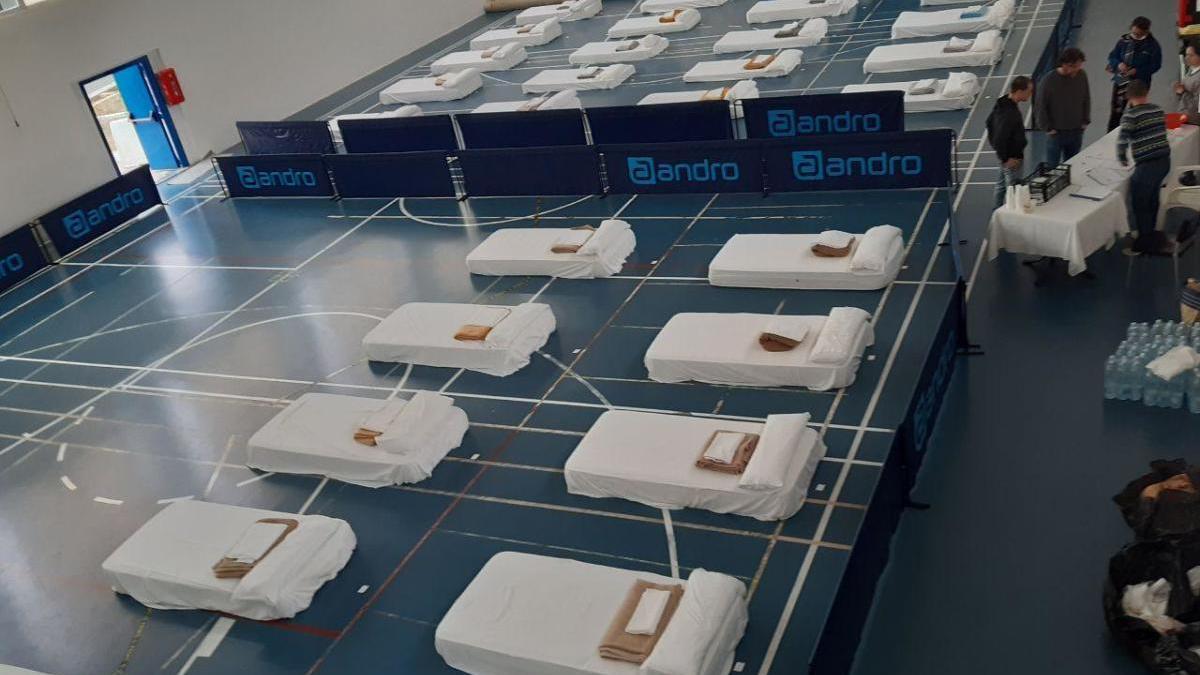 Imagen de las camas habilitadas en el polideportivo de Sant Ferran, propiedad del Consell, para albergar a las personas sin techo.