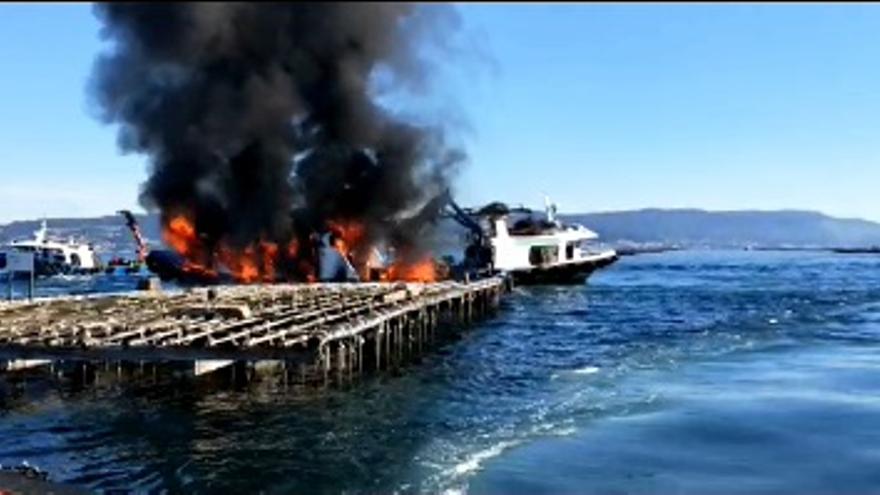 Así fue el espectacular incendio del bateeiro de Bueu