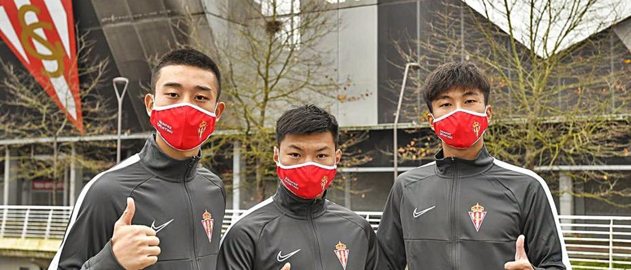 Por la izquierda, He Xinjie, Jiang Weilang y Wu Junjie, ante El Molinón. | RSG
